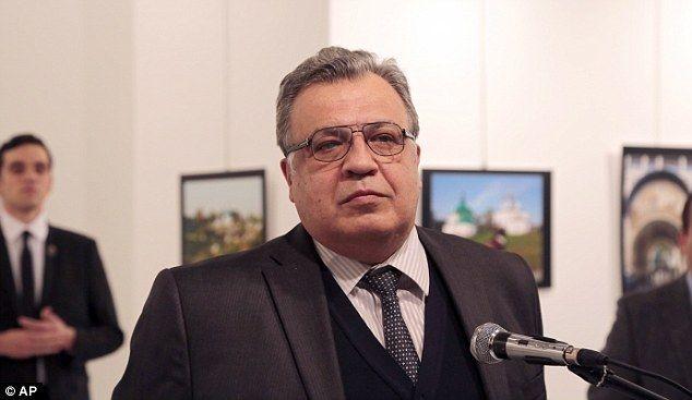 Andrei Karlov, embajador de Rusia en Turquía, momentos antes de morir. Foto de AP