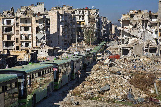 Uno de los convoys encargados de la evacuación de Alepo. Foto de Karam Al-Masri