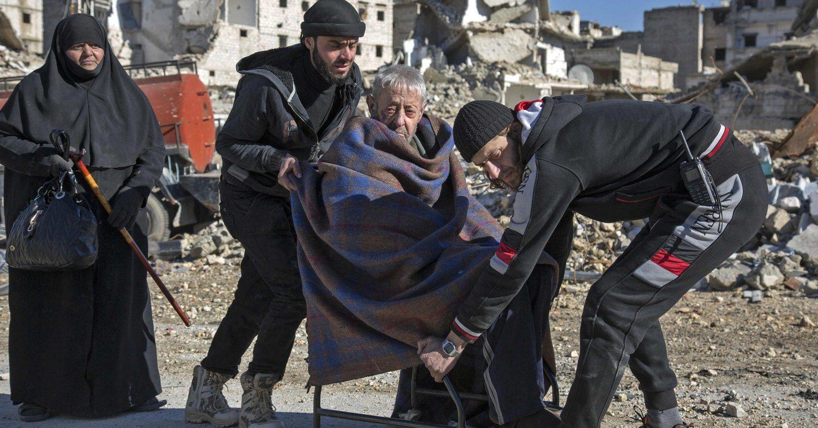 Un adulto mayor es evacuado de un barrio rebelde de Alepo. Foto de Karam Al-Masri