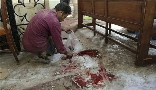 Un trabajador limpia dentro de la catedral de San Marcos en el centro de El Cairo tras un atentado el domigno 11 de diciembre de 2016. Foto de Omar El-Hady