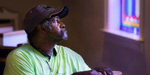 Hombre detenido por error durante 31 años recibe 75 dólares para reiniciar su vida