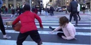 Video: jugador de basquetbol provoca caída de una mujer