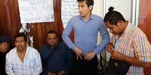 Policías en paro de labores mantienen retenidos a cuatro en Oaxaca