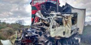 Tráiler se impacta contra tren en Jalisco
