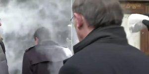 Video: lanzan harina a Manuel Valls en Estrasburgo
