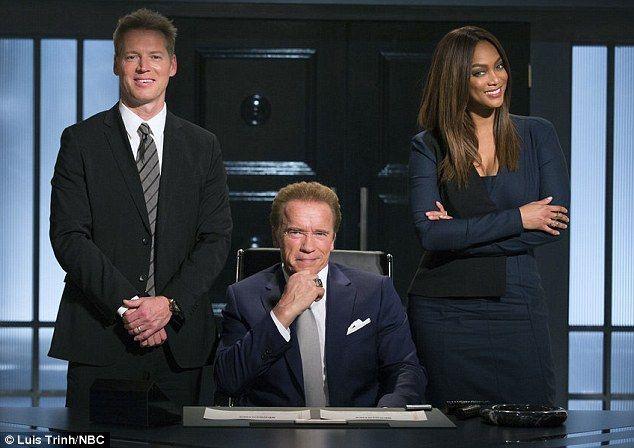 Schwarzenegger en el centro de la image. Foto de NBC