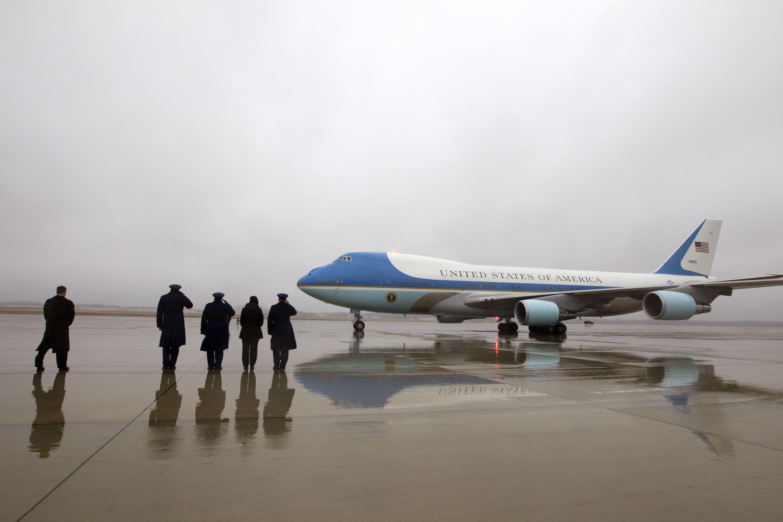Varios mandos militares saludan a la llegada del Air Force One, con el presidente Barack Obama y su familia, en la Base Andrews de la Fuerza Aérea, en Maryland, el lunes 2 de enero de 2017. Foto de AP.