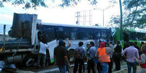 Camión sin frenos choca transporte público y deja un muerto en Ixtapaluca