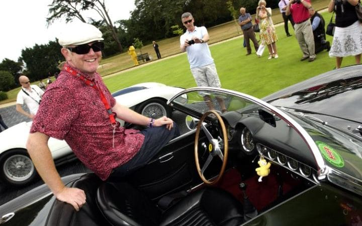 Chris Evans en su Ferrari Spyder. Foto de
