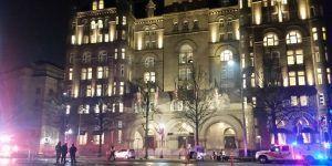 Hombre sufre quemadurasdurante protesta afuera de hotel de Trump