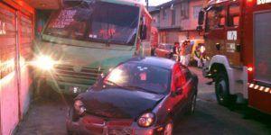 Matan a chofer de transporte público e impacta su unidad contra casa en la GAM