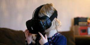 Hombre crea un recorrido virtual en la casa de muñecas de su hija