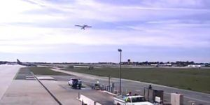 Video: el momento en que Harrison Ford casi provoca un accidente aéreo