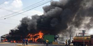 Nodriza se incendia tras choque en Puebla