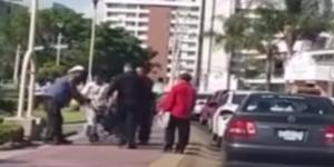 #Video hombre en silla de ruedas se pone de pie tras agresión
