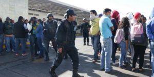 Normalistas bloquean carreteras en Oaxaca