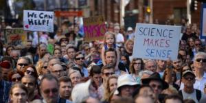 Miles marchan a favor de la Ciencia y en contra de Trump
