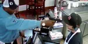 #Video Asaltan restaurante y cajero reacciona con calma