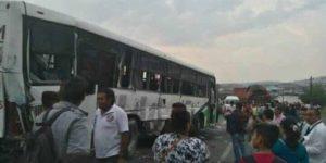 Choque entre tráiler y autobús de pasajeros deja 35 heridos