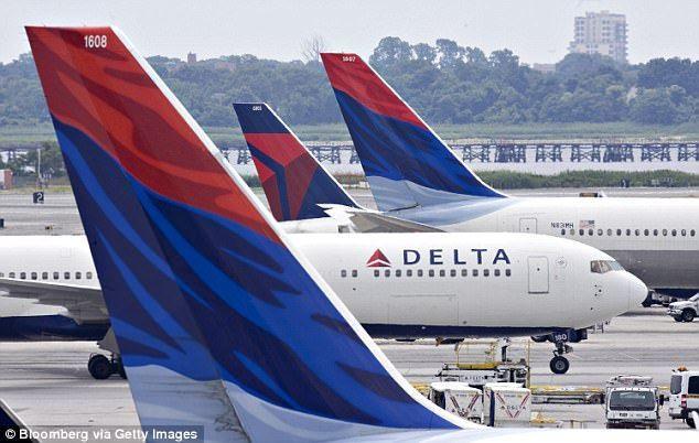 Bajan a pasajero de avión de Delta en Atlanta