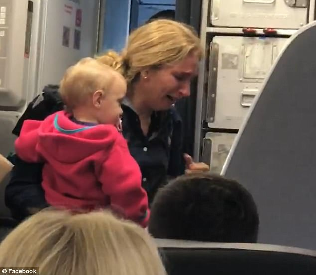 Asistente de vuelo agrede y desafía a pasajeros