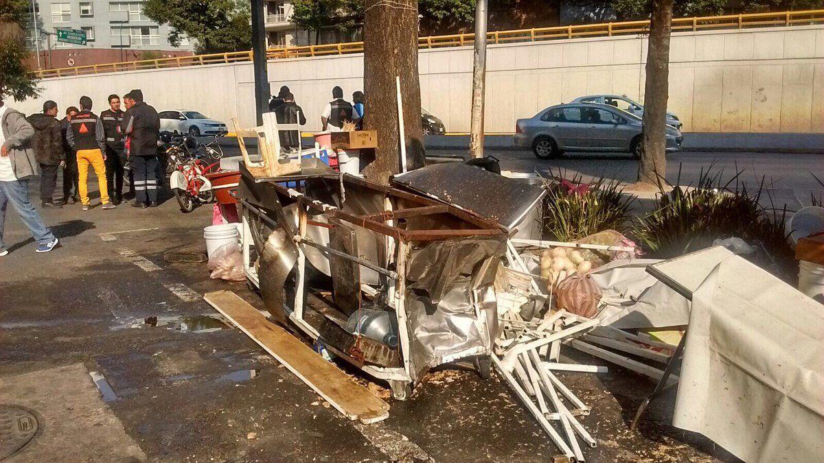 Auto impacta tianguis en la colonia Cuauhtémoc; hay 10 lesionados