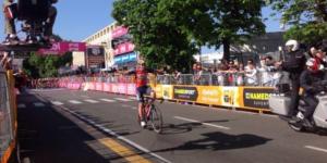 #Video Ciclista se confunde y festeja seis kilómetros antes de la meta