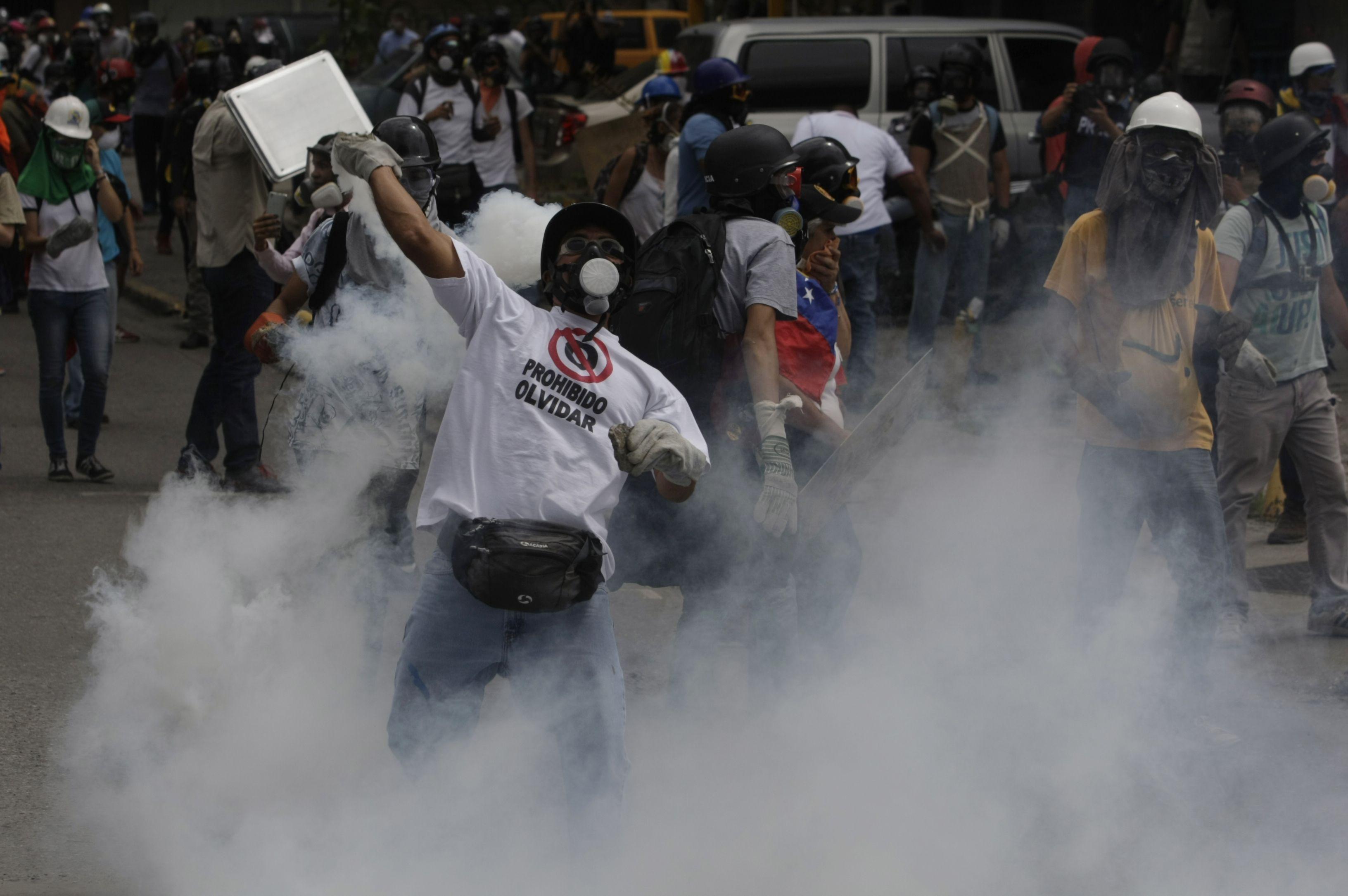 Oposición pide a militares que cesen la represión