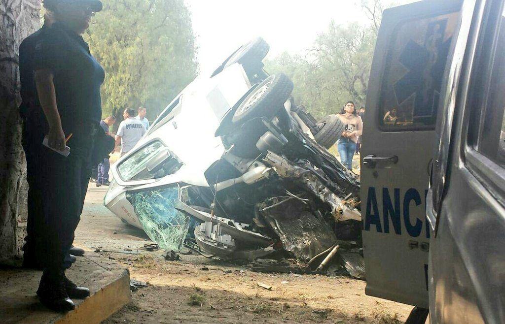 Tres turistas mueren en accidente vial al volcar una camioneta en México