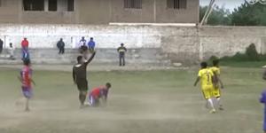 #Video Árbitro patea a jugador