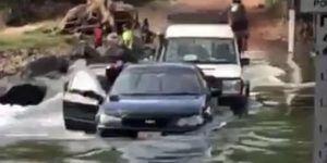 #Video Hombres intentan cruzar río en auto