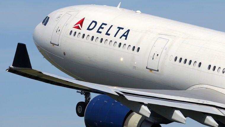 Oficiales: vuelo de Delta es devuelto tras agresión a bordo