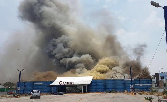 Intentan vulcanos controlar fuerte incendio en Naucalpan