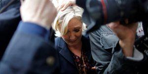 #Video Lanzan huevos contra Marine Le Pen