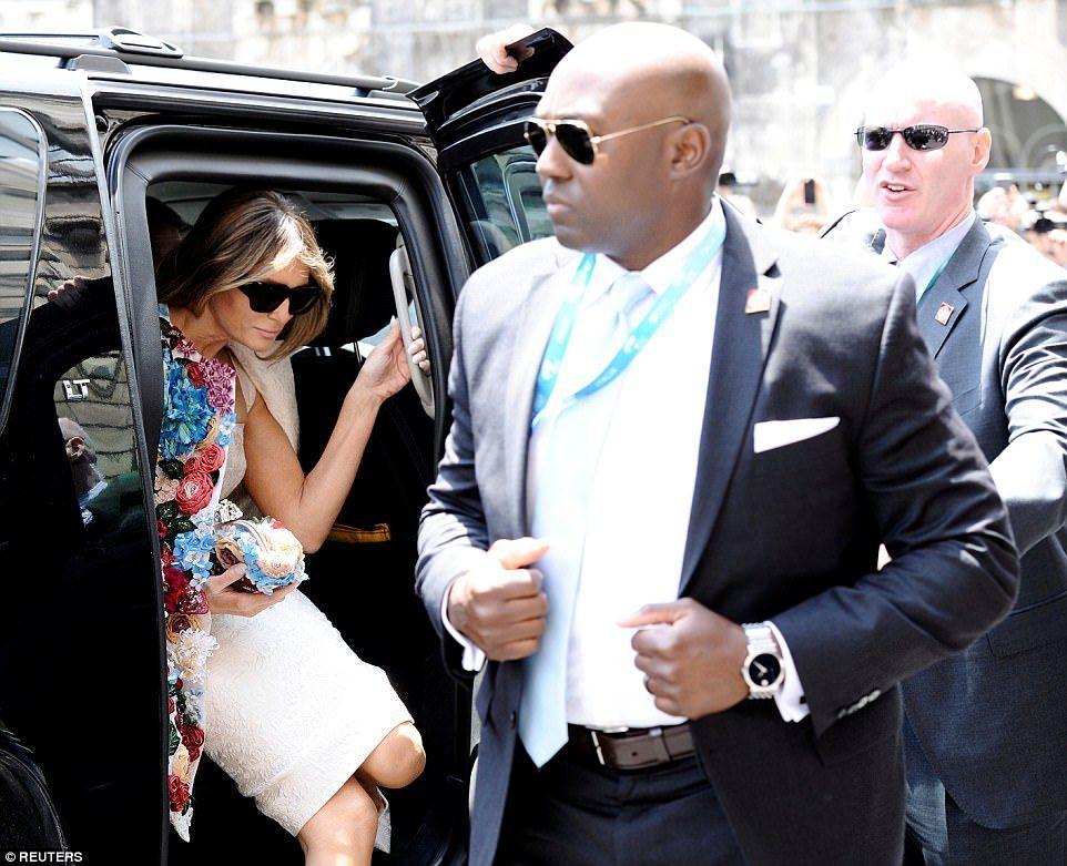 Melania Trump usa abrigo floral de más de 50 mil dólares