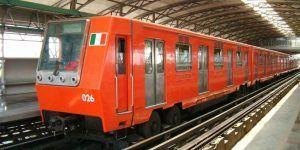 Muere tras asomarse por ventanilla del Metro