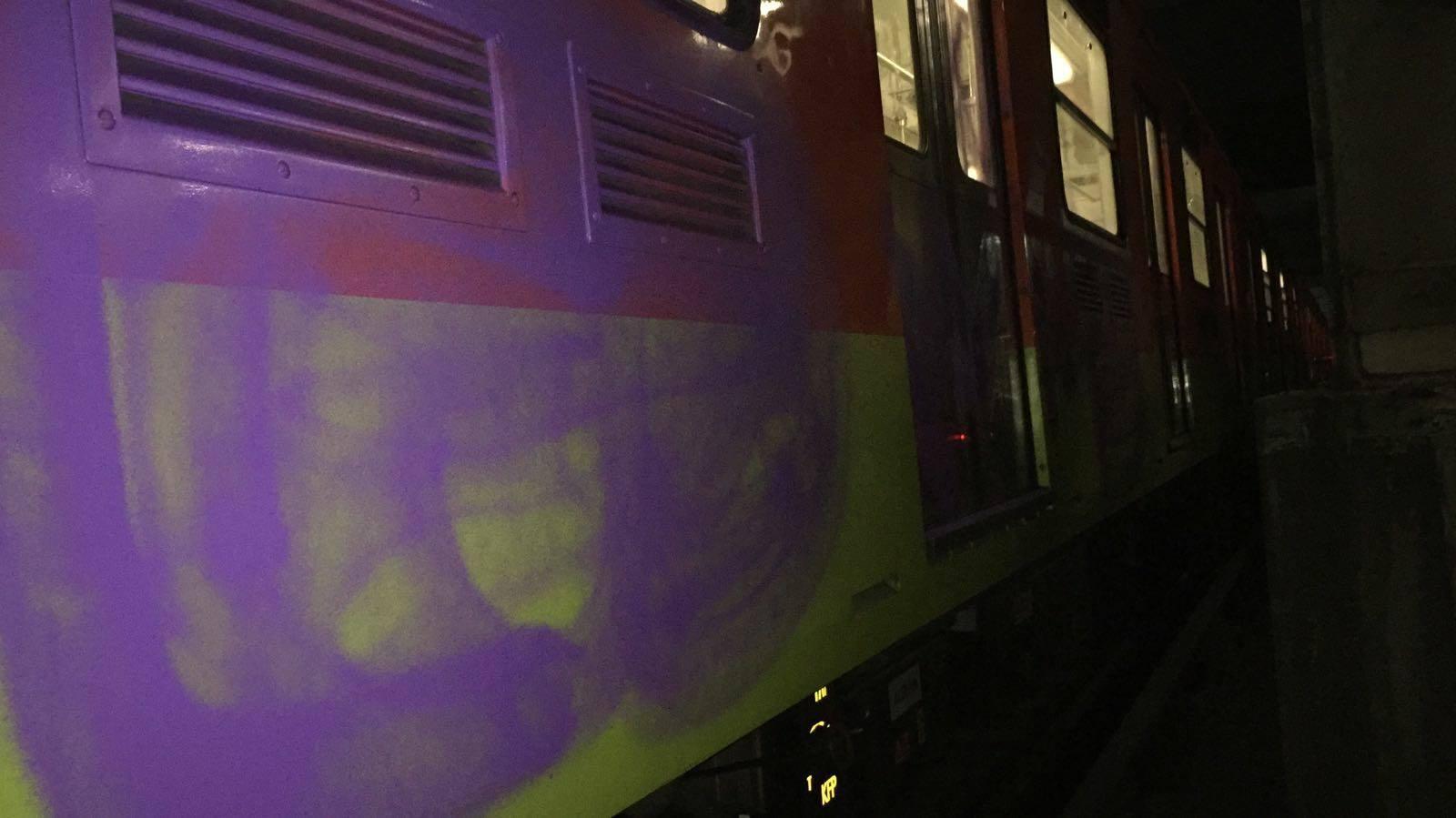 Detienen a europeos por grafitear vagones del Metro en CDMX
