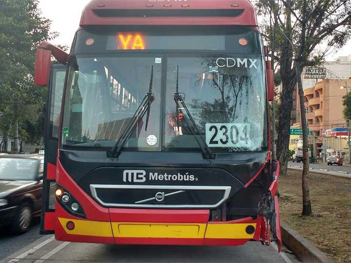 Atropella Metrobús a joven, a pocos metros de puente peatonal