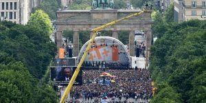 Reciben miles de personas a Obama en Berlín