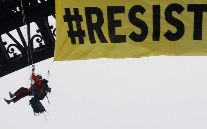 Greenpeace protesta contra Le Pen con una pancarta en la Torre Eiffel