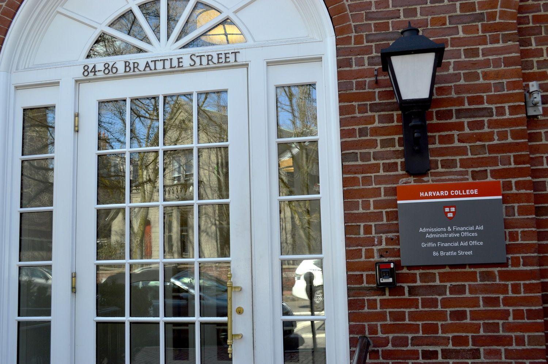 Harvard revoca admisiones a 10 estudiantes por memes ofensivos