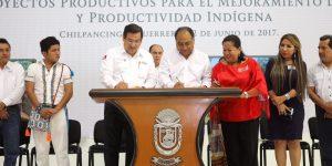Firma Astudillo Flores convenio de colaboración con los pueblos indigenas
