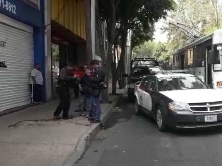 Mueren 2 personas en asalto a empresa en CDMX