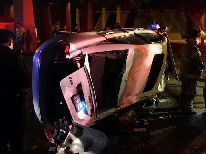Auto cae de puente en la México-Toluca; conductor sobrevive