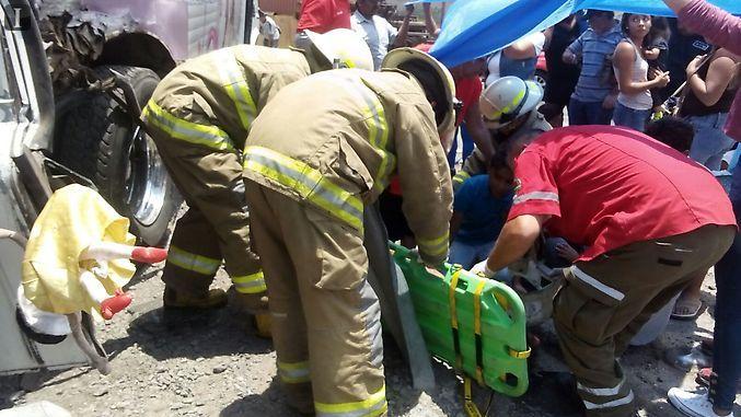 Tren embiste a camión en Jalisco; 15 lesionados
