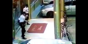 #VIDEO Hombre asesina a su compañero mientras jugaba con arma