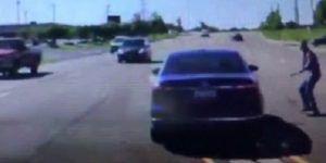 #Video Hombre salta a coche en movimiento para salvar a conductor