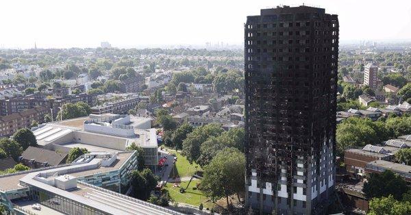 Al menos 17 muertos en el incendio de la Torre Grenfell — Londres