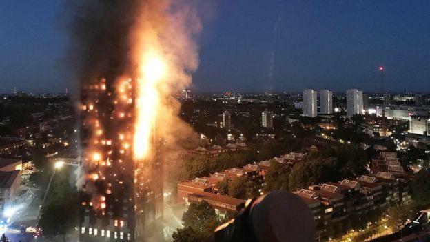 Reina Isabel II visita a víctimas de incendio en Londres