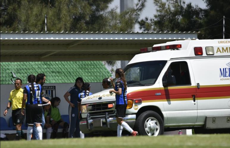 Retiran en ambulancia a jugadora de Gallos tras fuerte choque